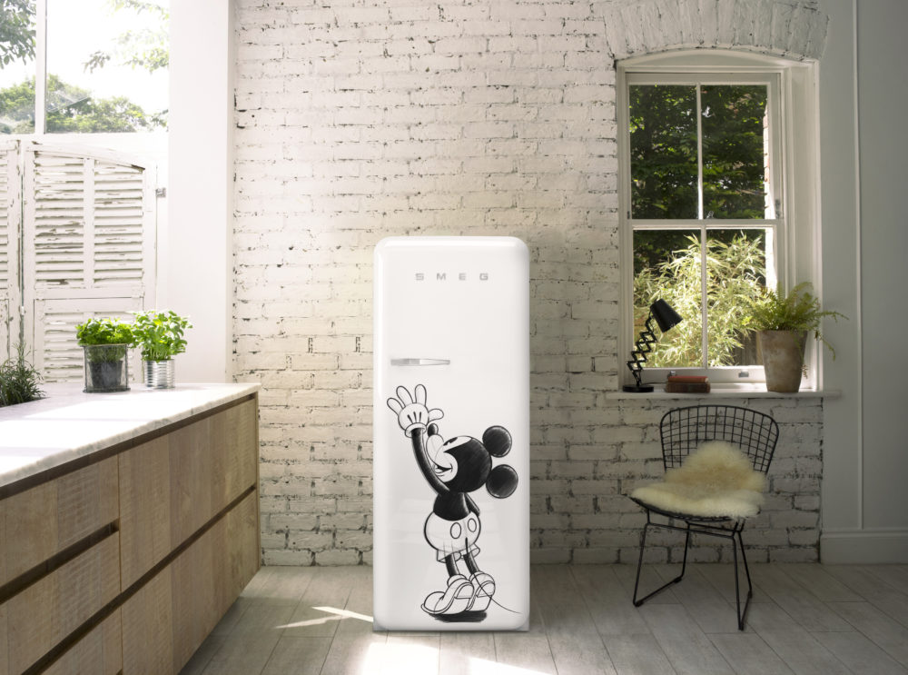 retro k hlschrank von disney und smeg zum 90 geburtstag. Black Bedroom Furniture Sets. Home Design Ideas